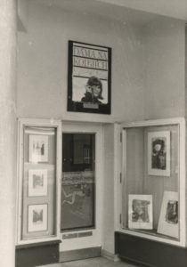 """Präsentation mit Werken von Ethel Plum im sogenannten """"Kästchen"""" (rechts) im Eingangsbereich der Kunsthandlung Schoenen, März 1968 (Foto: Archiv Kunsthandlung Schoenen)"""